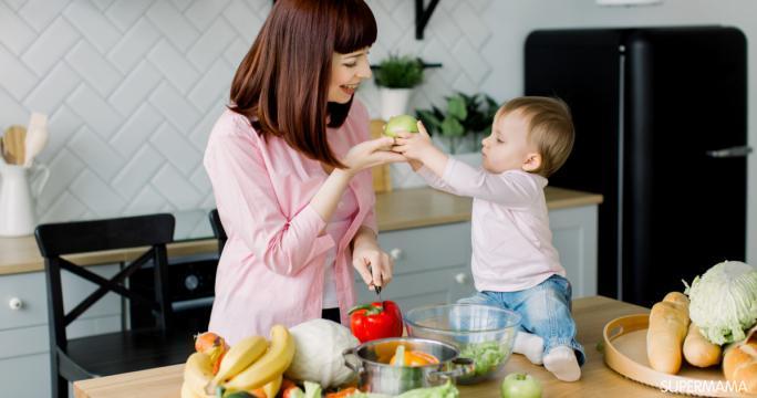 3 أكلات تساعد الطفل على النطق